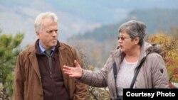 Otpravnik poslova Ambasade SAD-a u BiH Nicholas Hill i Slobodanka Macanović ispred jame na Trebeviću, ustupljena fotografija