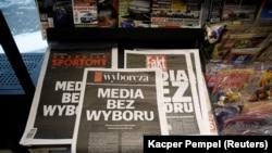 """Primele pagini ale principalelor ziare din Polonia cu sloganul """"Mass-media fără alegere"""", în semn de protest față de intenția autorităților de a impune un impozit pe publicitate, Varșovia, 10 februarie 2021"""