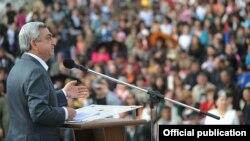 Սերժ Սարգսյանը ելույթ է ունենում քարոզարշավի շրջանակներում, ապրիլ, 2012թ.
