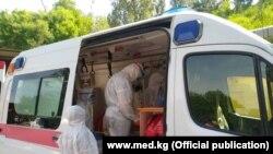 Врачи на выезде к подозреваемому в заражении коронавирусом. Кыргызстан.