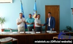 Керівник філіалом №2 ЗАТ «Внешторгсервис» Сергій Горохов підписує колективний договір із трудовими колективами вугільних об'єднань. Фото з сайту МИА «Исток»