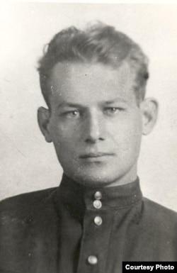 Іван Мележ. 1943 г. (з архіву сям'і І. Мележа)