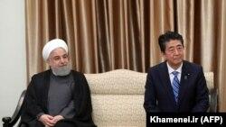Shinzo Abe və Hassan Rohani (solda) Tehranda, 13 iyun, 2019-cu il