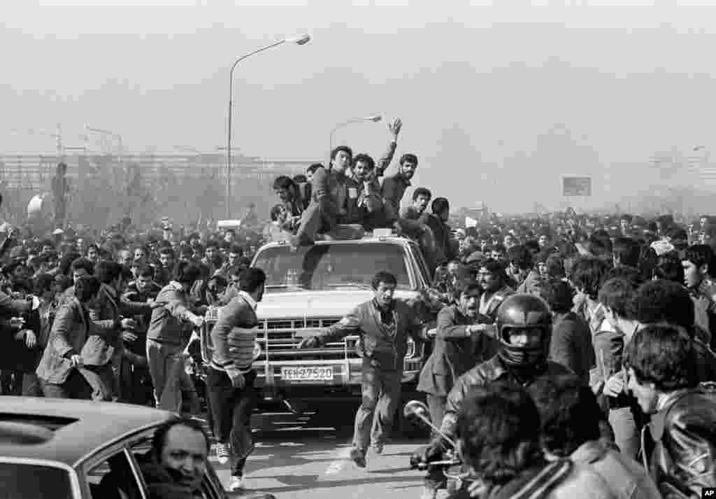 Supporters lined the streets for Khomeini's motorcade to Behesht-e Zahra cemetery.