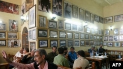 مثقفون في مقهى الشابندر ببغداد