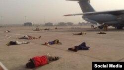 Люди сплять на злітній смузі під час ремонту літака у Делі (фото зі сторінки Євгена Жданова у Facebook)