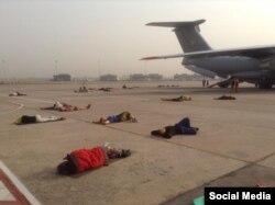 Українці, яких евакуюють з Катманду, сплять на злітній смузі в аеропорту Делі. 6 травня 2015 року(Фото Євгена Жданова з Facebook)