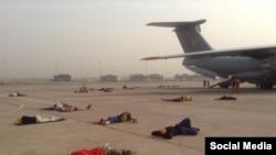 Украинцы, которых эвакуируют из Катманду (Непал), спят на взлетной полосе в аэропорту Дели