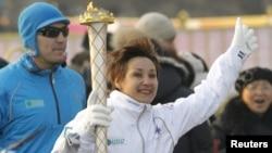 Ольга Шишигина Қысқы Азиада ойындарының алауын ұстап барады. Алматы, 12 қаңтар 2011 жыл.