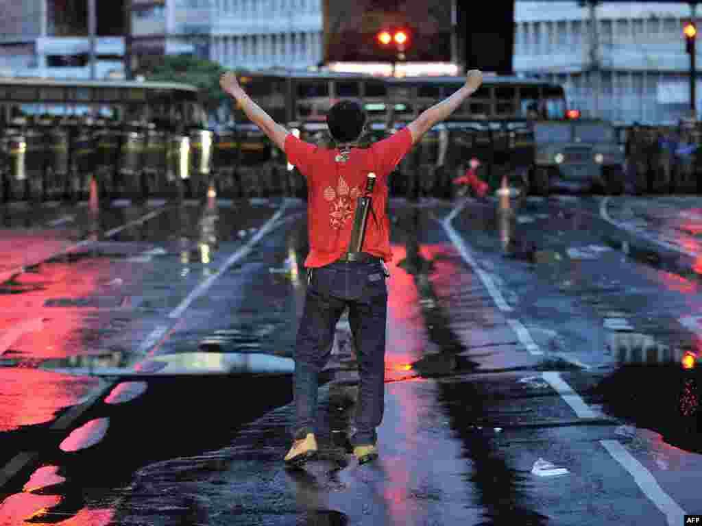 В Таиланде, по меньшей мере, 70 человек получили ранения во время разгона армией антиправительственных демонстраций в Бангкоке