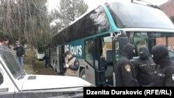 Преместување на мигрантите и бегалците од прифатниот центар Вучјак во БиХ.