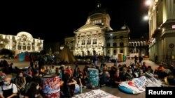 """Aktivisti za klimatske promjene na demonstracijama pod nazivom """"Ustani za promjene"""" na Saveznom trgu u Bernu"""