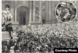 Мюнхэн, 2 жніўня 1914. Натоўп, у якім знаходзіцца малады Адольф Гітлер, вітае ўступленьне краіны ў вайну.