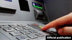По данным ЦБ Узбекистана, в настоящее время в стране имеется около 1000 банкоматов, выдающих наличные деньги.