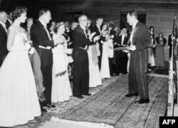 İsveç - Albert Camus Nobel mükafatını alarkən, 10 dekabr, 1957, Stokholm