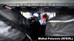 Izbjeglice pakuju stvari u autobus u Opatovcu, oktobar 2015