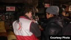 Волонтеры беседуют с предполагаемыми трудовыми мигрантами на рынке. Караганда, 28 марта 2013 года. Фото предоставлено Обществом Красного Полумесяца.