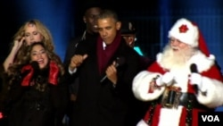 АҚШ президенті Барак Обама (ортада) Рождество мейрамында билеп жүр. 17 желтоқсан 2014 жыл.