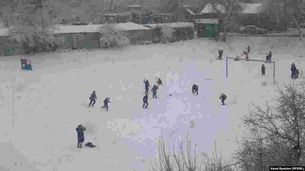 Детвора играет в снежки, слышны озорные крики, никаких телефонов. Очень необычная картина, если учитывать, что это центр Бишкека.