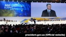Президент України Петро Порошенко під час виступу на форумі «Від Крут до Брюсселя. Ми йдемо своїм шляхом», під час якого оголосив, що балотуватиметься на другий президентський термін. Київ, 29 січня 2019 року