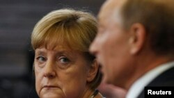 Канцлер Німеччини Ангела Меркель (Л) та президент Росії Володимир Путін (П)