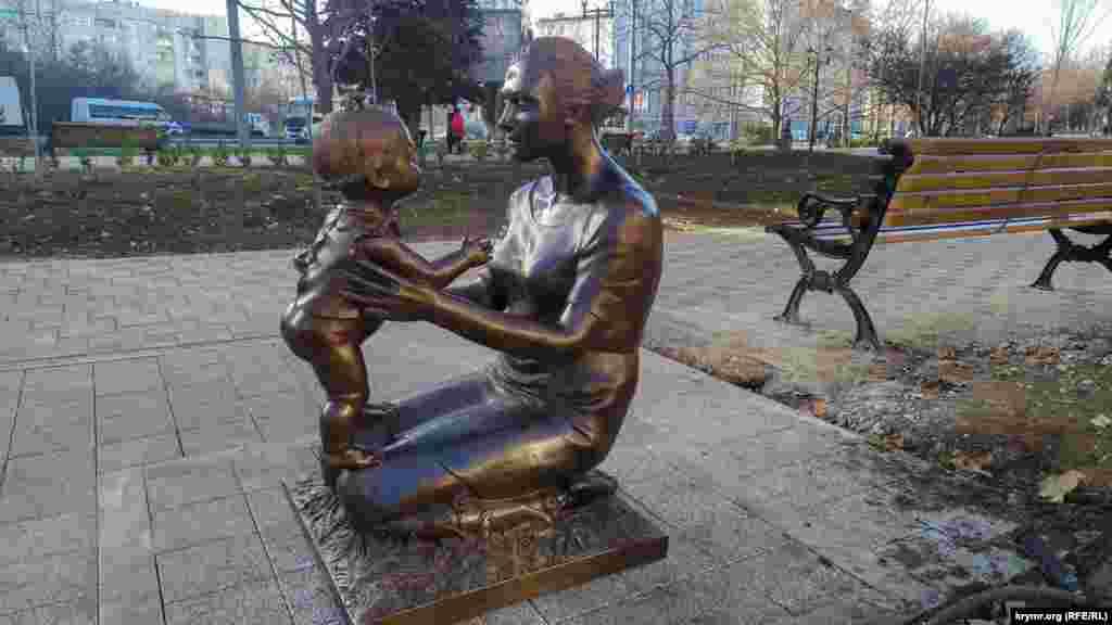 Скульптура «Мама з дитиною»