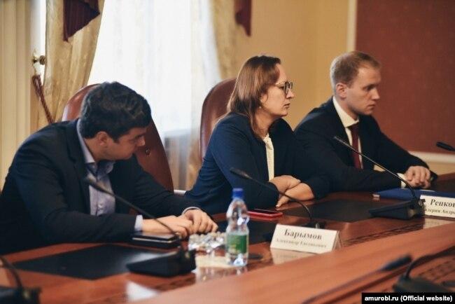 Зокрема, його можна помітити на зустрічі у кабінеті губернатора Амурської області Василя Орлова