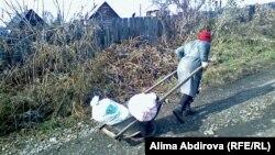 Женщина катит тачку. Зыряновск, Восточно-Казахстанская область. Иллюстративное фото.
