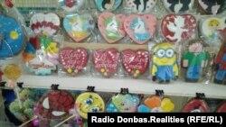 Сувениры на раскладке в Донецке, 14 февраля 2019 года
