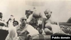 Джавахарлал Неру Махатма Гандиді тыңдап отыр, 1942 ж.