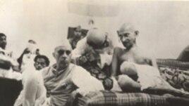 Jawaharlal Nehru və Mahatma Gandhi ÜmumHindistan Konqresinin sessiyasında, 1942
