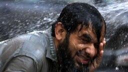Visoka temperatura natjerala je ovog Pakistanca da se ohladi u fontani, Pešavar.