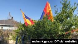 Воздушный шар во дворе частного дома, фото МЧС Крыма