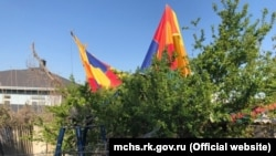 Воздушный шар во дворе частного дома, Феодосия, фото МЧС Крыма