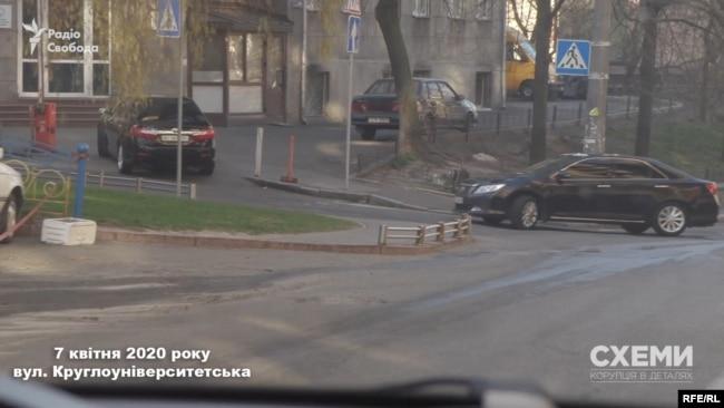 7 квітня «Схеми» зняли, як кортеж з двох Toyota Camry під'їжджає до будинку