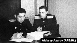 Аға лейтенант Хасен Ибраевтың (сол жақта) Венгрияда әскери қызметте жүрген жылдары түскен суреті. Дебрецен, 1950-жылдардың екінші жартысы.