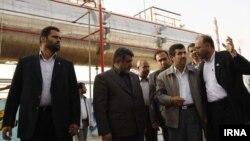 Иранскиот претседател Махмуд Ахмадинеџад во посета на рафинерија во Абадан.