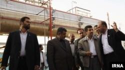محمود احمدینژاد در پالایشگاه آبادان