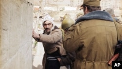 Sovet qoşunları Bakı küçələrində patrul çəkir. 27 yanvar 1990