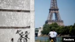 Одна из работ Бэнкси на стене в Париже