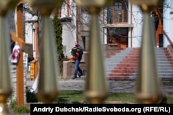 Чоловік виходить із храму святої Параскеви Сербської у Калинівці