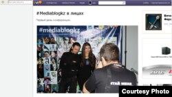 «Онлайн журналистика және блогинг» конференциясына келген блогшылар суретке түсіп жатыр. Алматы, 8-9 желтоқсан 2012 жыл. Yvision.kz сайтынан алынған скриншот.