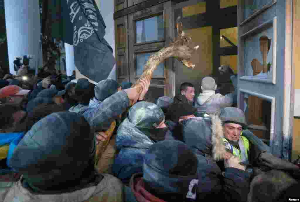 Прихильники екс-президента Грузії, керівника «Руху нових сил» Міхеїла Саакашвілі штурмують будівлю Міжнародного центру культури і мистецтв (Жовтневого палацу) в Києві, 17 грудня 2017 року. БІЛЬШЕ ПРО ЦЕ