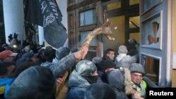 Прихильники екс-президента Грузії, керівника «Руху нових сил» Міхеїла Саакашвілі штурмують будівлю Міжнародного центру культури і мистецтв (Жовтневого палацу) в Києві, 17 грудня 2017 року