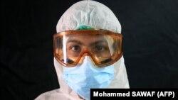 یک پزشک عراقی در مرکز مقابله با کرونا که در یکی از اماکن مذهبی کربلا برپا شده است