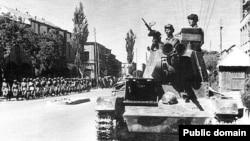 یک تانک روسی در خیابانهای تبریز در سال ۱۳۲۰ خورشیدی.