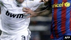 Spain -- FC Barcelona's Argentinian forward Lionel Messi (C), 29Nov2009