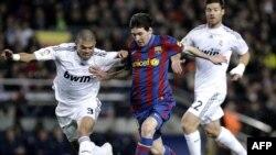 Pepe (chapda), Messi va Alonso to'p uchun kurashda.