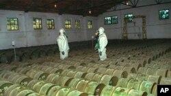 Солдати проводять перевірку металевих контейнерів з отруйними речовинами на складі хімічної зброї в Горному, Росія, 20 травня 2000 року