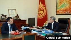 Президент КР Алмазбек Атамбаев (справа) и погибший в ДТП вице-премьер Темир Джумакадыров.